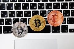 Bitcoinvaluta för guld- valuta på tangentbordbärbar datordatoren, elektroniskt finansbegrepp Bitcoin mynt Affär reklamfilm, royaltyfri foto
