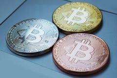 Bitcoinvaluta för guld- valuta på tangentbordbärbar datordatoren, elektroniskt finansbegrepp Bitcoin mynt Affär reklamfilm, royaltyfria foton