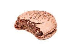 Biten av chokladmakron arkivfoto