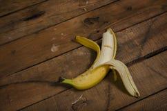 Biten banan på en trätabell royaltyfria foton