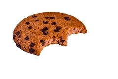 Biten choklad kaka som isoleras på en vit bakgrund royaltyfria bilder