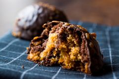 Biten choklad- och karamellbollkaka med den kastanjebruna oavslutade efterrätten arkivfoton