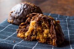 Biten choklad- och karamellbollkaka med den kastanjebruna oavslutade efterrätten royaltyfri bild