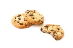 Biten chokladkaka och hela kakor Fotografering för Bildbyråer