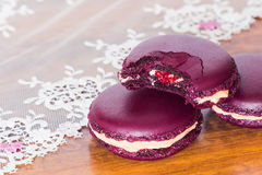 Biten fransk färgrik macaron arkivfoto