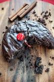 Biten hemlagad rund chokladkaka royaltyfri bild