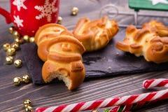 Biten julpepparkaka i form av en snögubbe Ofog för barn` s nytt år royaltyfri bild