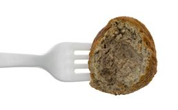 Biten köttbulle på en plast- gaffel royaltyfri foto