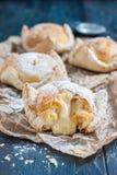 Biten kaka av smördeg och chouxbakelse med vaniljsås royaltyfria bilder