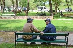BITOLA, MACEDONIA, el 19 de mayo de 2011 viejos hombres que se sientan en un banco de parque en Bitola, Macedonia, el 19 de mayo  imágenes de archivo libres de regalías