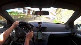 Bitozeves, Τσεχία - 3 Ιουλίου 2017: οδηγώντας αυτοκίνητο Opel Astra Χ στο χωριό Bitozeves μεταξύ των παλαιών σπιτιών κατά τη διάρ απόθεμα βίντεο