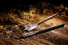 Bits de broca da pá da perfuração de madeira na bancada de madeira velha fotos de stock royalty free