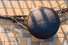 Bitt和系泊缆在码头 免版税库存图片