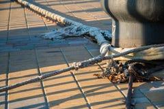 Bitt和系泊缆在码头 图库摄影