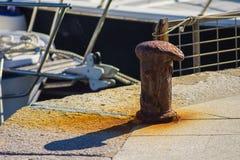 Bitt oxidado del hierro en el puerto Imagenes de archivo
