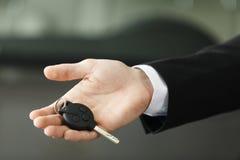 Bitte fahren Sie sorgfältig! Schließen Sie herauf Trieb der Hand, die Auto hält lizenzfreies stockbild
