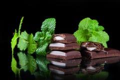 Bitter choklad med mintkaramellfyllning Royaltyfria Bilder