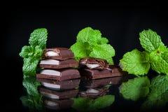 Bitter choklad med mintkaramellfyllning Arkivbilder