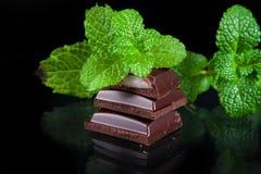 Bitter choklad med mintkaramellfyllning Royaltyfri Fotografi