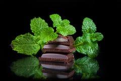 Bitter choklad med mintkaramellfyllning Arkivbild