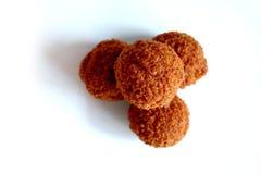 Bitterballen, traditionellen Holländer frittierte Fleischsnack, auf einem weißen Hintergrund Lizenzfreie Stockfotos