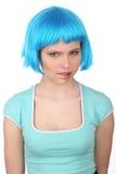 bitting她的嘴唇的蓝色假发的女孩 关闭 奶油被装载的饼干 库存图片