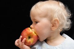 Bitting Apfel des Mädchens Lizenzfreie Stockbilder