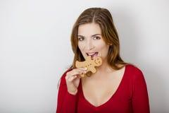 Bitting una galleta del pan de jengibre Imagen de archivo libre de regalías