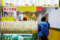 Bittra melon som visas på en fruktsaft, shoppar i Ximending royaltyfria foton