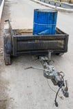Bitumen-Emulsion in der Stahltrommel auf dem Anhänger 2 Stockfoto