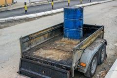 Bitumen-Emulsion in der Stahltrommel auf dem Anhänger Stockfotos