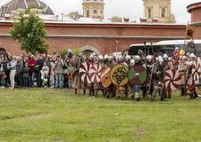 Bitwa Wikingowie Dziejowy reenactment i festiwal na ścianach forteca ma Fotografia Stock