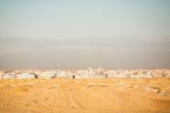 Biuldings blancs visualisés d'un désert Photographie stock libre de droits