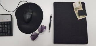 Biur narzędzia na bielu stole fotografia stock