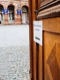 Biura de głosowanie, lokalu wyborczego Francuski urząd miasta z flaga wewnątrz Obrazy Royalty Free