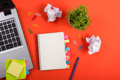 Biura stołowy biurko z setem kolorowe dostawy, biały pusty nutowy ochraniacz, filiżanka, pióro, komputer osobisty, miął papier, k Obraz Stock
