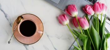 Biura stołowy kobiecy biurko Zdjęcie Royalty Free