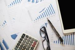 Biurka biuro z analiza raportem, kalkulator najlepszy widok przeciw Obrazy Stock