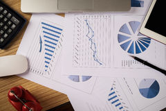 Biurka biuro z laptopem, taplet, pióro, analiza raport, kalkulator Zdjęcie Stock