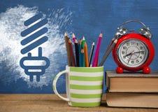 Biurka przedpole z blackboard grafika żarówki energia ilustracji