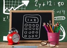 Biurka przedpole z blackboard grafika kalkulator i formuła obrazy stock