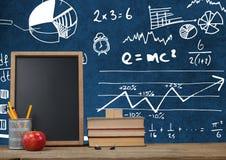 Biurka przedpole z blackboard grafika matematyki nauki diagramy zdjęcie stock