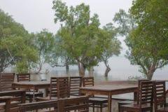 Biurka w pustym café na mglistym brzeg Obrazy Stock