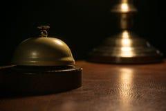 Biurko Bell z zamazaną lampą w tle Fotografia Stock