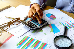 Biurko biurowa biznesowa pieniężna księgowość kalkuluje, wykres analy Fotografia Stock