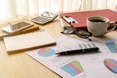 Biurko biurowa biznesowa pieniężna księgowość kalkuluje, wykres analy Zdjęcie Royalty Free