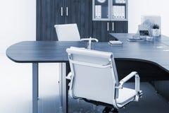 biurko i bookcase na biel ścianie zdjęcia stock