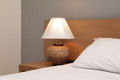 Biurko lampa z łóżkiem Obrazy Stock