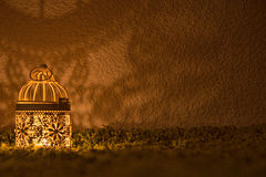 Biurko lampy jaśnienie na ciemnej ścianie Obrazy Stock