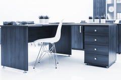 biurko, plastikowy krzesło i bookcase, obraz royalty free